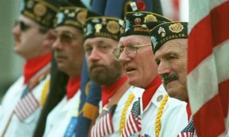 Gustav Perl, right, a veteran of the 2nd. World War meets with his fellow veterans in the 129th. Day Parade Memorial in Brooklyn, New York (AP Photo / Adam Nadel)
